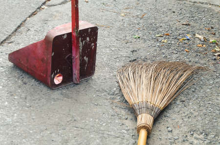 Natural Bamboo Broom and Dustpan With Dry Leaves for Sweeping and Cleaning The Road. Foto de archivo
