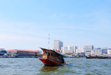 Tugboat or Towboat on The Chao Phraya River Bangkok, Thailand. A Type of Vessel Maneuvers Other Vessels By Pushing or Pulling By Direct Contact or A Tow Line. 免版税图像 - 120394092