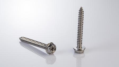金属ボルト、白い背景の上のネジ 写真素材 - 64004605