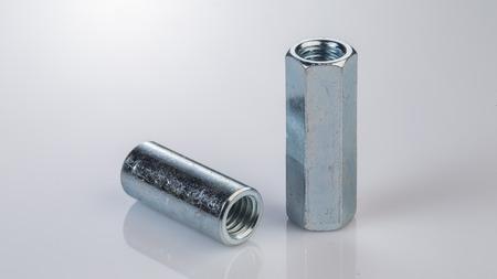 金属ボルト、白い背景の上のネジ 写真素材 - 64007894
