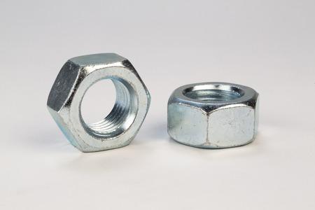 tornillos: pernos y tornillos de metal en el fondo blanco Foto de archivo