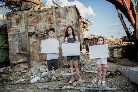 惑星を保存します。子供の巨大なゴミ捨て場に立っている標識を保持 写真素材 - 87732604