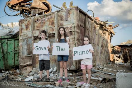惑星を保存します。子供の巨大なゴミ捨て場に立っている標識を保持 写真素材 - 87747892