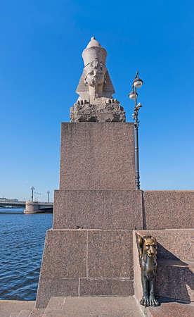 leon con alas: Estatua de la esfinge y bronce le�n alado en el terrapl�n Universidad Universitetskaya en San Petersburgo, Rusia.