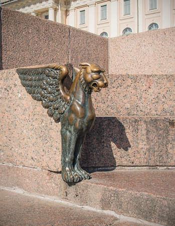 winged lion: Bronce le�n alado en el terrapl�n Universidad Universitetskaya del r�o Neva en San Petersburgo, Rusia. Foto de archivo