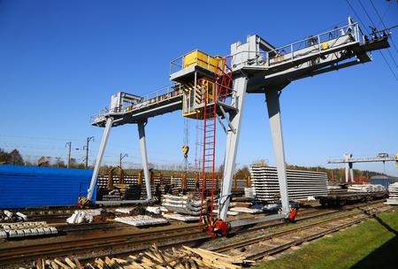 specialization: gantry crane for loading sleepers on a railway station platform
