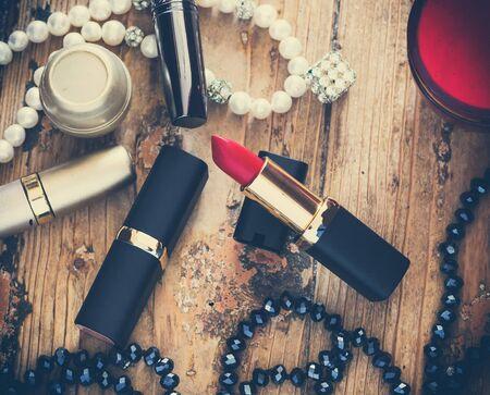 Rosso rossetto su uno sfondo bianco, accessori, bellezza, stile retrò, vintage, fuoco