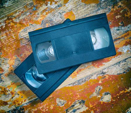 videocassette: Dos cintas de v�deo en primer plano en una superficie de madera, de estilo retro, viejo, grabar sonido e im�genes Foto de archivo