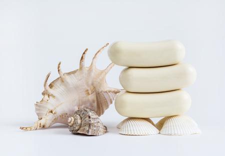 articulos de baño: jabón primer plano sobre un fondo blanco, higiene, artículos de higiene