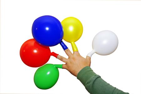 Mano de sostener globos de colores multicolores sobre un fondo blanco Foto de archivo