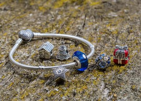 Donne del braccialetto dei monili su una superficie di legno vecchia, modo moderno, incanti, gioielli, macro Archivio Fotografico - 82608706
