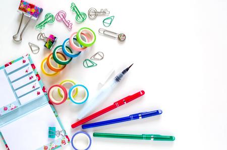 文房具 - カラフルな噴水ペン、メモ、ノート、コピー スペース、ビジネス コンセプトと上面の白い背景の上の創造的なイメージを設定