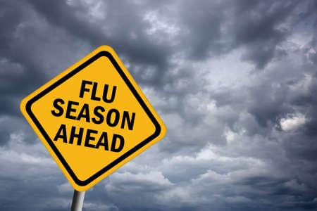 risks ahead: Signo delante de la temporada de gripe Foto de archivo
