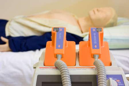 reanimować: Medical manekina z defibrylatorem Zdjęcie Seryjne