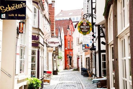 Bremen, Duitsland - 10 juni 2016: Schnoor - middeleeuwse oudste straat in Bremen, typisch Duitse architectuur