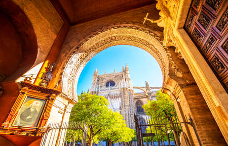 Seville Cathedral and Giralda tower photo, Spain 版權商用圖片 - 122876959