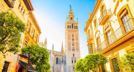 Sunny Sevilla und Giralda Turm, Calle Mateos Gago Straße Standard-Bild
