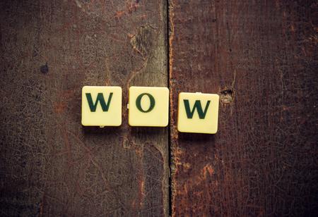 """wow: """"Wow"""" palabra sobre la mesa de madera hecho con un filtro de �poca retro y vi�etas de Len Foto de archivo"""