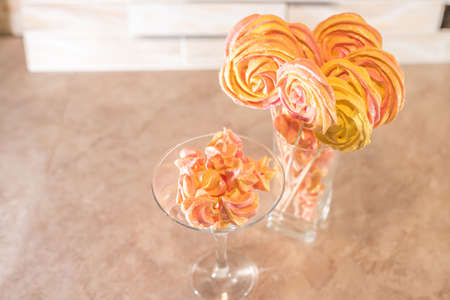 Merengue of different types, in glass vases, for any purpose