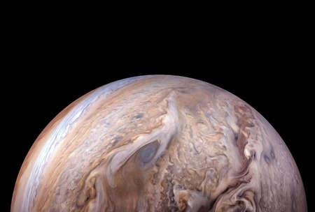 Parte posterior del planeta Júpiter, sobre un fondo negro.