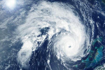 Tornado enorme, vista desde el espacio. Desde la estación espacial Los elementos de esta imagen fueron proporcionados por la NASA.
