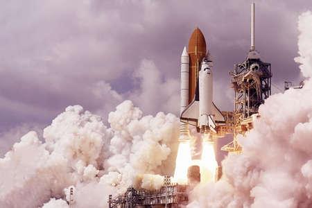 Il lancio della navetta spaziale. Con fuoco e fumo. Sullo sfondo del cielo stellato. Gli elementi di questa immagine sono stati forniti dalla NASA per qualsiasi scopo