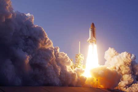 Lanzamiento del transbordador espacial. Con fuego y humo. Contra el fondo del cielo azul. Los elementos de esta imagen fueron proporcionados por la NASA. Para cualquier propósito. Foto de archivo