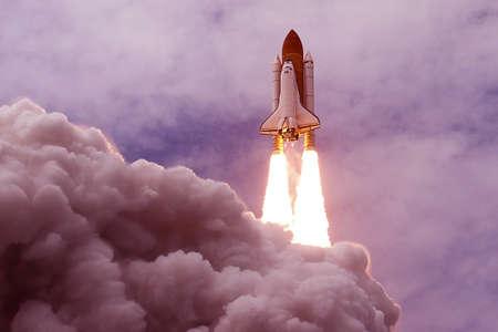 Lancement de la navette spatiale. Avec du feu et de la fumée. Sur fond de ciel bleu. Les éléments de cette image ont été fournis par la NASA. Pour n'importe quel but. Banque d'images