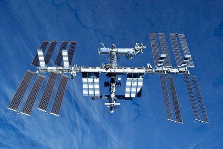 Station spatiale sur le fond de la terre. Sous forme élargie. Banque d'images