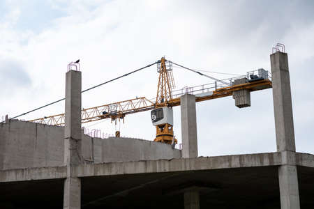 Reinforced concrete construction site and crane in cloudy weather. Banque d'images - 150891519