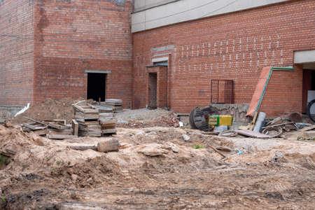 Construction of a brick building using columns