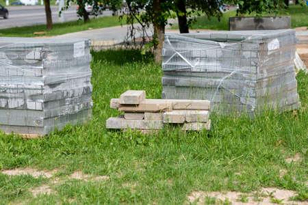 Tile for sidewalks on a pallet in the street. Banque d'images