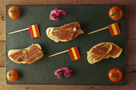 Spanish tapa with ham, bread and spanish flag brochettes Archivio Fotografico