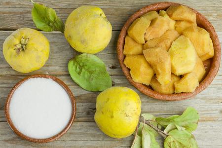membrillo: Frutas del membrillo y los ingredientes de pasta de membrillo sobre fondo de madera