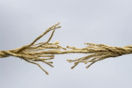 severance: Cuerda rota sobre fondo gris.