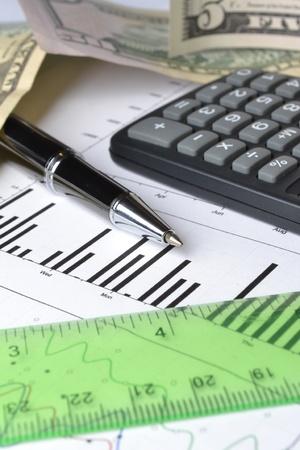 Business-Hintergrund mit Grafik, Lineal, Stift, Geld und Taschenrechner. Standard-Bild - 13400700
