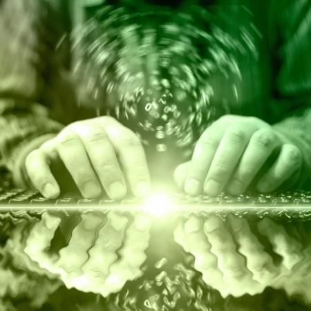 teclado: Las manos en el teclado - equipo de fondo resumen en verde.