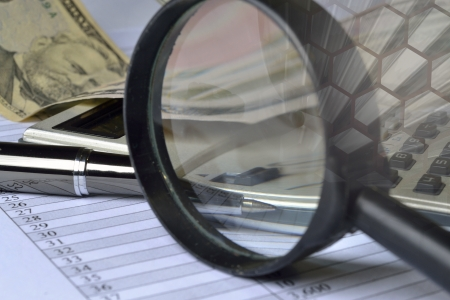 investigacion: Business fondo con mesa, monedas y pluma. Foto de archivo