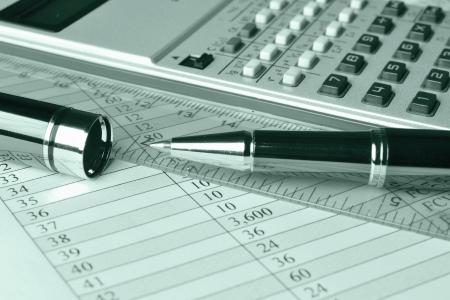 Business-Hintergrund mit Tisch, Münzen und Stift, in den Grüns Standard-Bild - 16262970