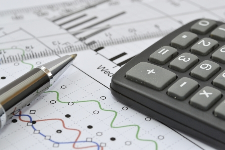 Negocios de fondo con el gr?fico, regla, l?piz y calculadora. Foto de archivo - 20361491