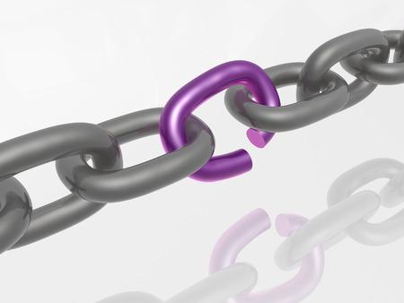 cadena rota: Cadena gris con enlace violeta, fondo blanco. Foto de archivo