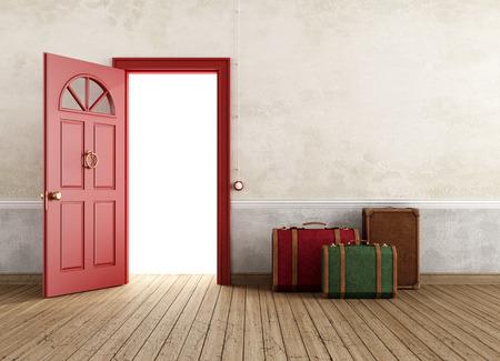 abrir puertas: Interior vac�o de la vendimia con tres bolsas de viaje cerca de la puerta principal abierta - la prestaci�n