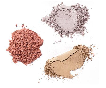 diverses couleurs de poudres de maquillage sur fond blanc