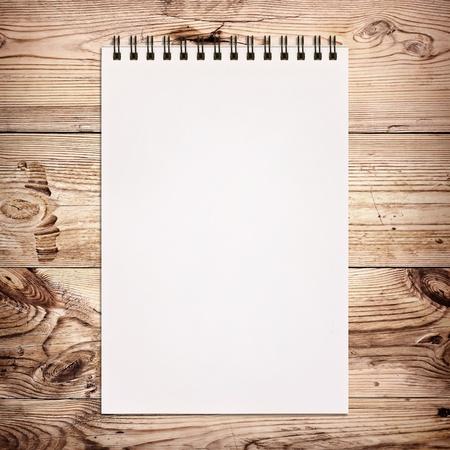 수첩: 나무 배경에 그림 흰색 노트북 스톡 사진