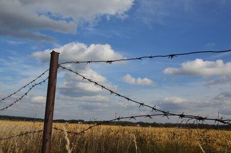 Alambre de púas para proteger el perímetro de la tierra