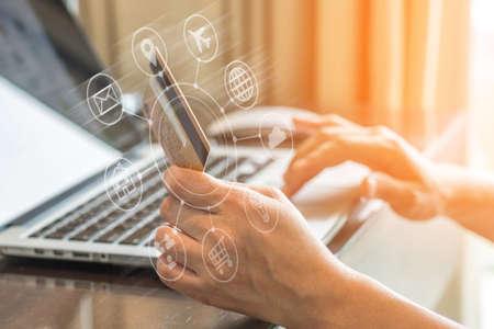 Marketing omnicanal dans le style de vie des personnes numériques avec le consommateur transférant de l'argent ou utilisant l'achat par carte de crédit pour les achats en ligne, le concept du vendredi noir et du cyber lundi