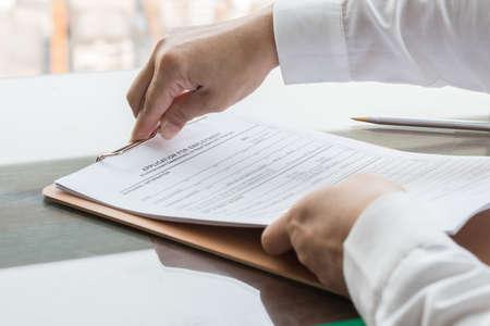 Richiedente che presenta un documento del modulo di domanda aziendale che fa domanda di lavoro o registra una richiesta di assicurazione sanitaria Archivio Fotografico