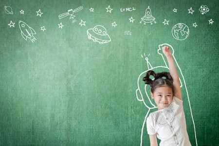 L'inspiration d'apprentissage des enfants dans une éducation réussie avec une imagination créative pour le concept de retour à l'école et les mathématiques d'ingénierie de la technologie STEM avec doodle sur l'aviation sur tableau vert