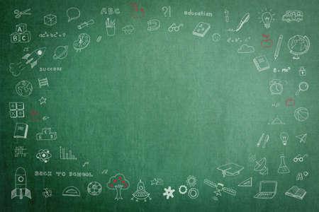 Gekritzel auf dem Tafelhintergrund des grünen Schullehrers mit leerem Exemplar für Kindheitsphantasie und Bildungserfolgskonzept