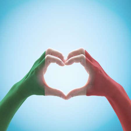 Patrón de la bandera nacional de Italia en forma de corazón de mano.